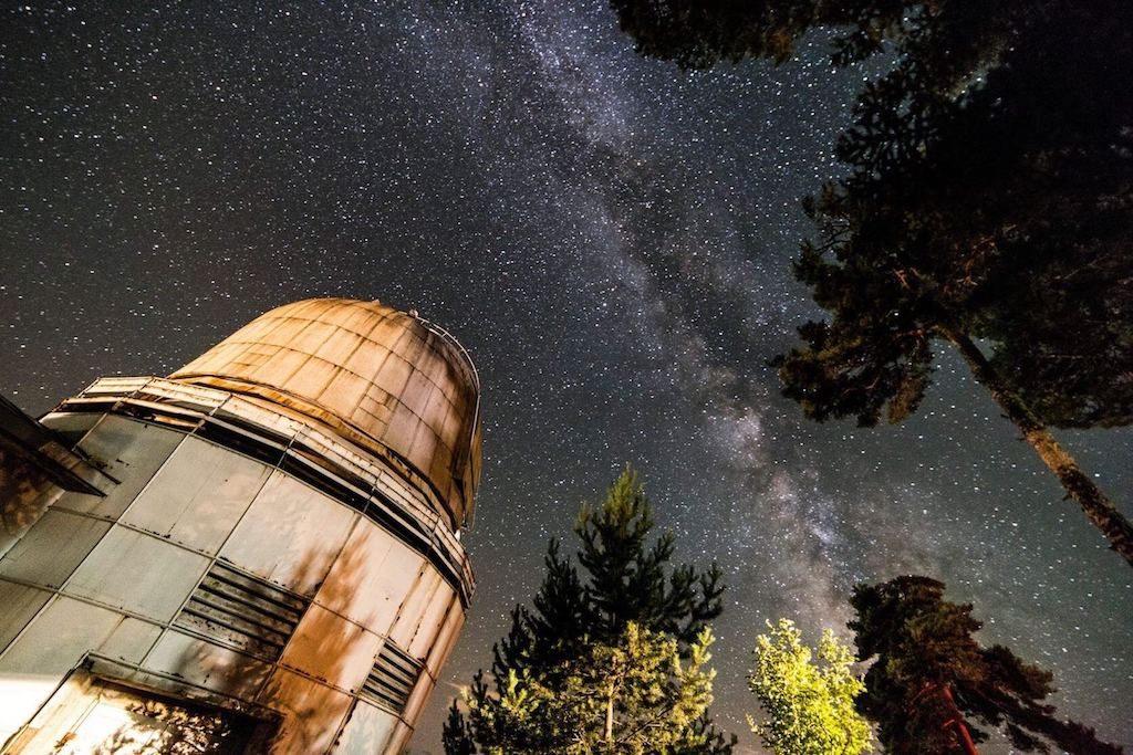 Observatorium en sterrenhemel in Georgië