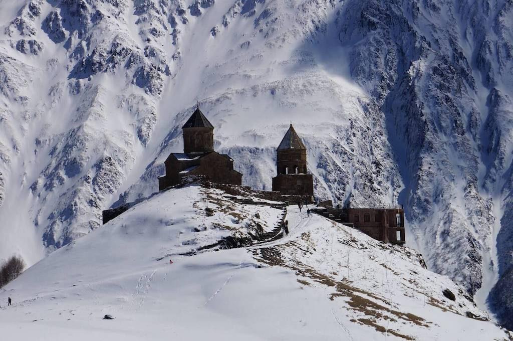 Besneeuwde bergen en de Gergeti Trinity Church