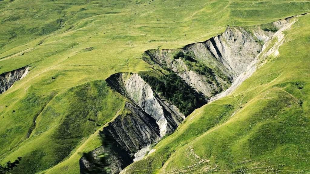 Kloof en groene bergen in de natuur van Georgië