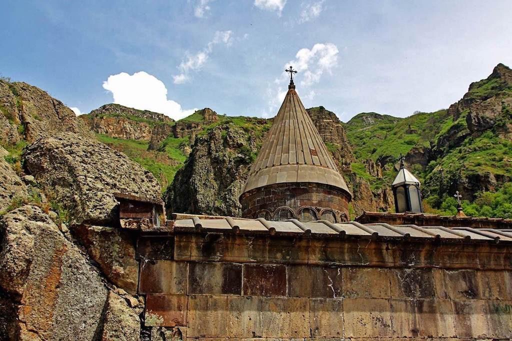 Het klooster van Geghard en groene bergen