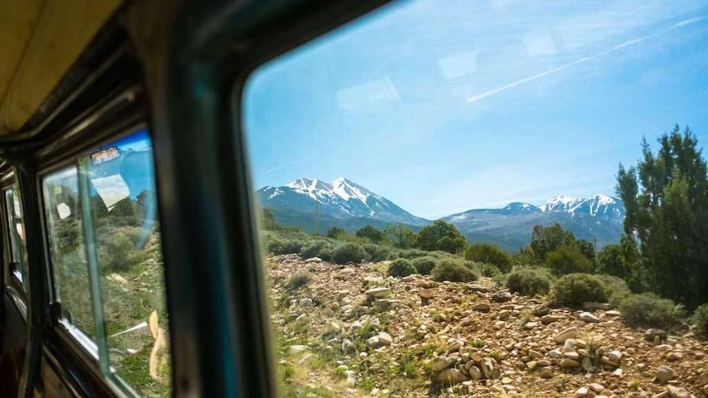 Uitzicht op bergen vanuit een bus