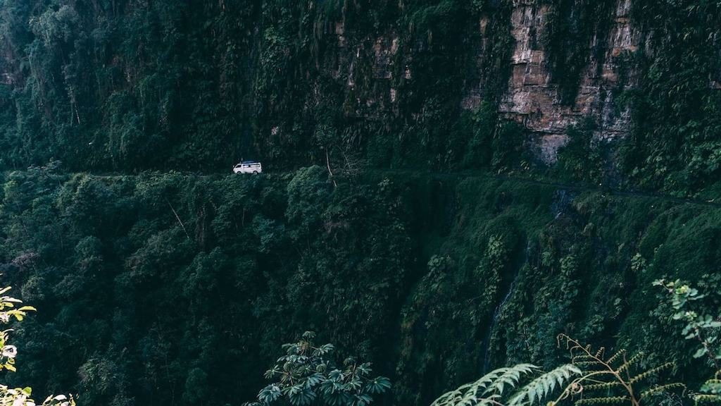 Auto langs een bergwand op de Death Road in Bolivia