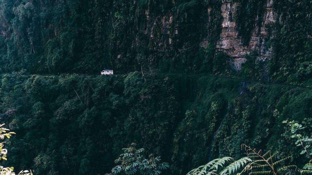 Auto langs een bergwand op de Death Road in Bolivia