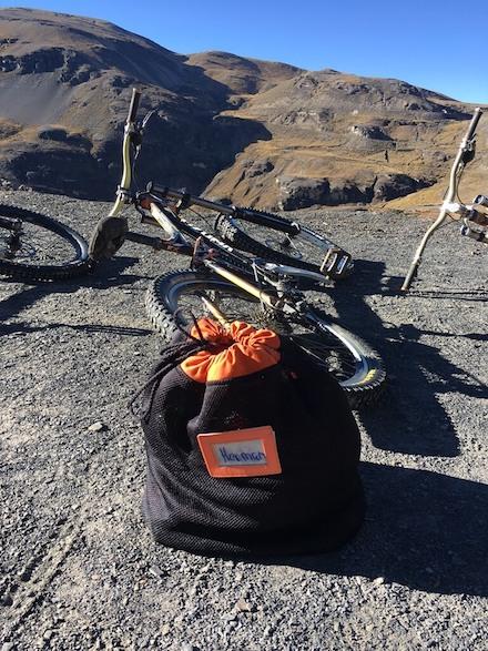 Mountainbike en zak met gear voor de Death Road