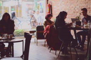 Jonge mensen in een cafe in Teheran