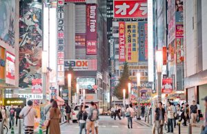 Avond in de wijk Akihabara in Tokyo, Japan
