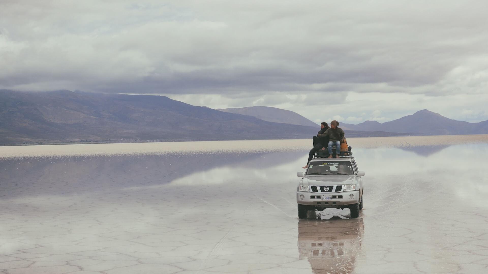 Een Nissan 4x4 op de zoutvlakte van Uyuni in Bolivia