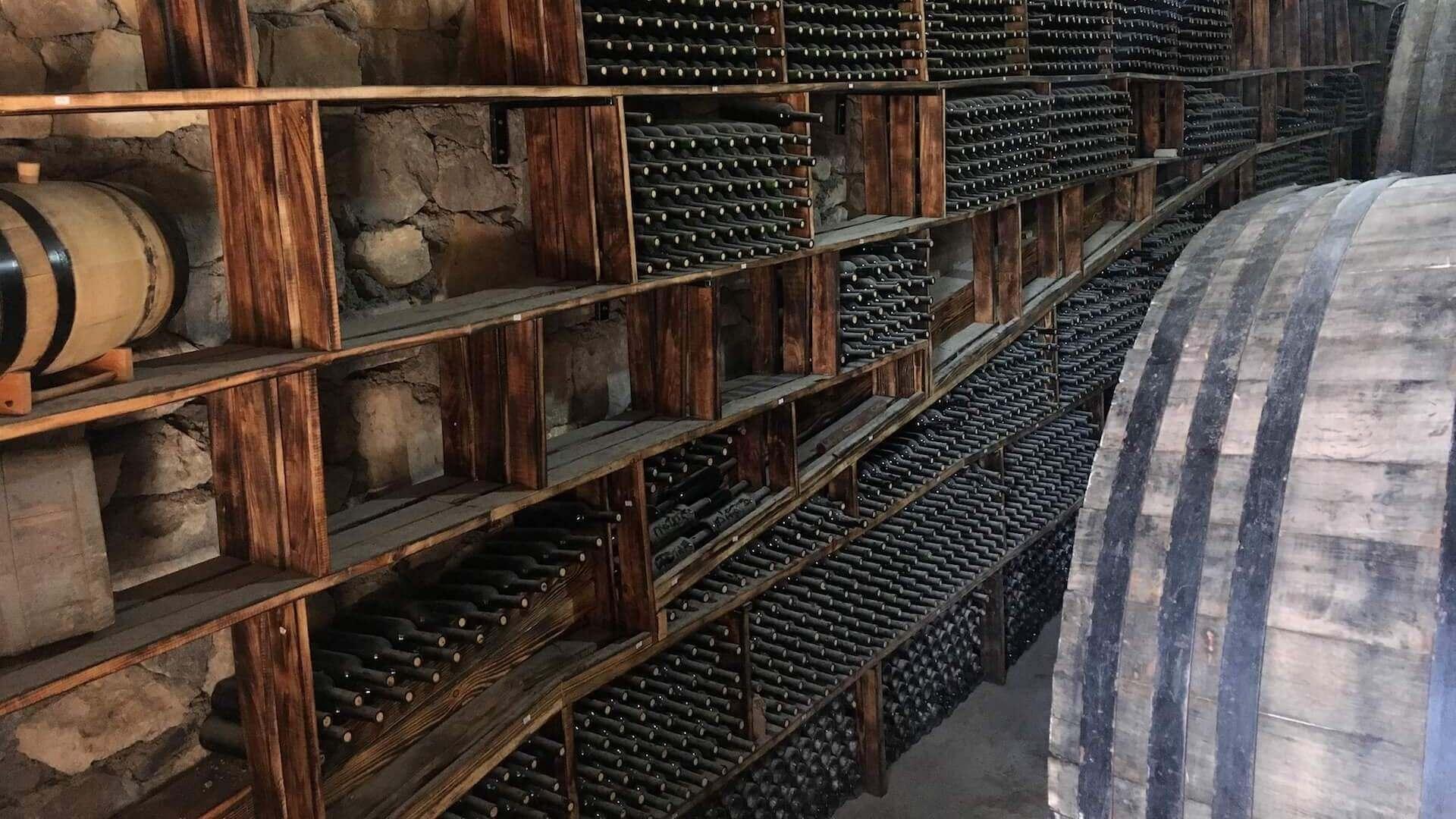Wijnkelder bij een wijnmaker in Areni in Armenië