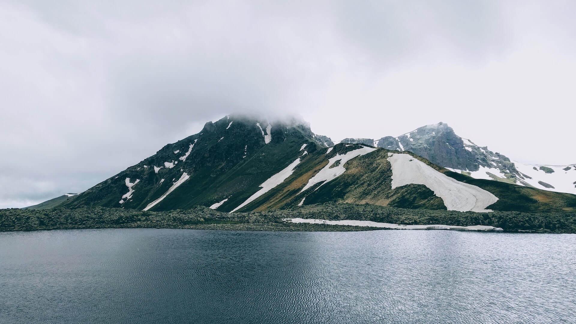 Meer en besneeuwde berg voor Backpacken Armenië