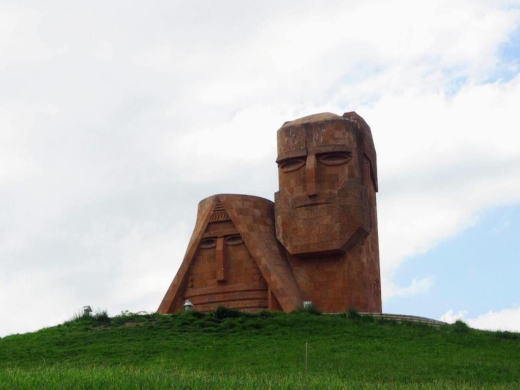 We Are The Mountains monument in de Republiek Artsakh