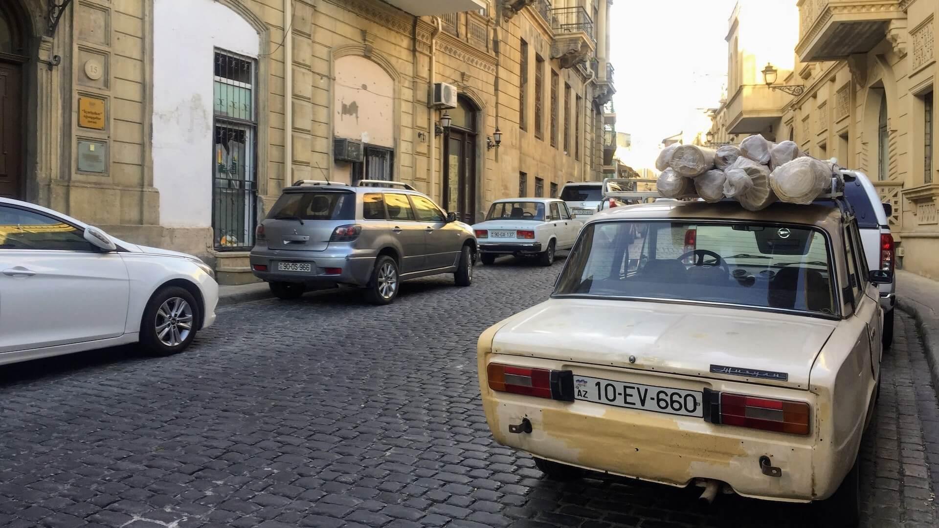 Lada in de oude stad van Bakoe in Azerbeidzjan