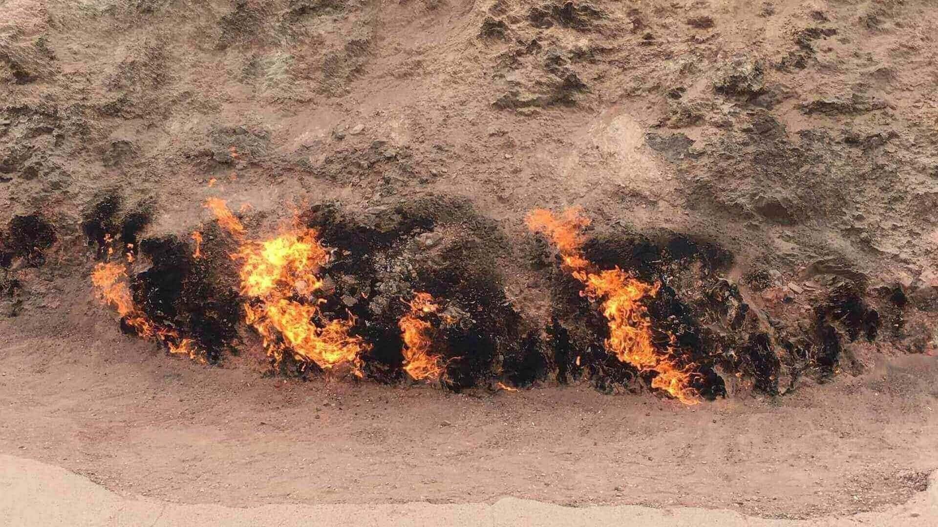Brandende heuvel in Yanar Dag bij Bakoe in Azerbeidzjan