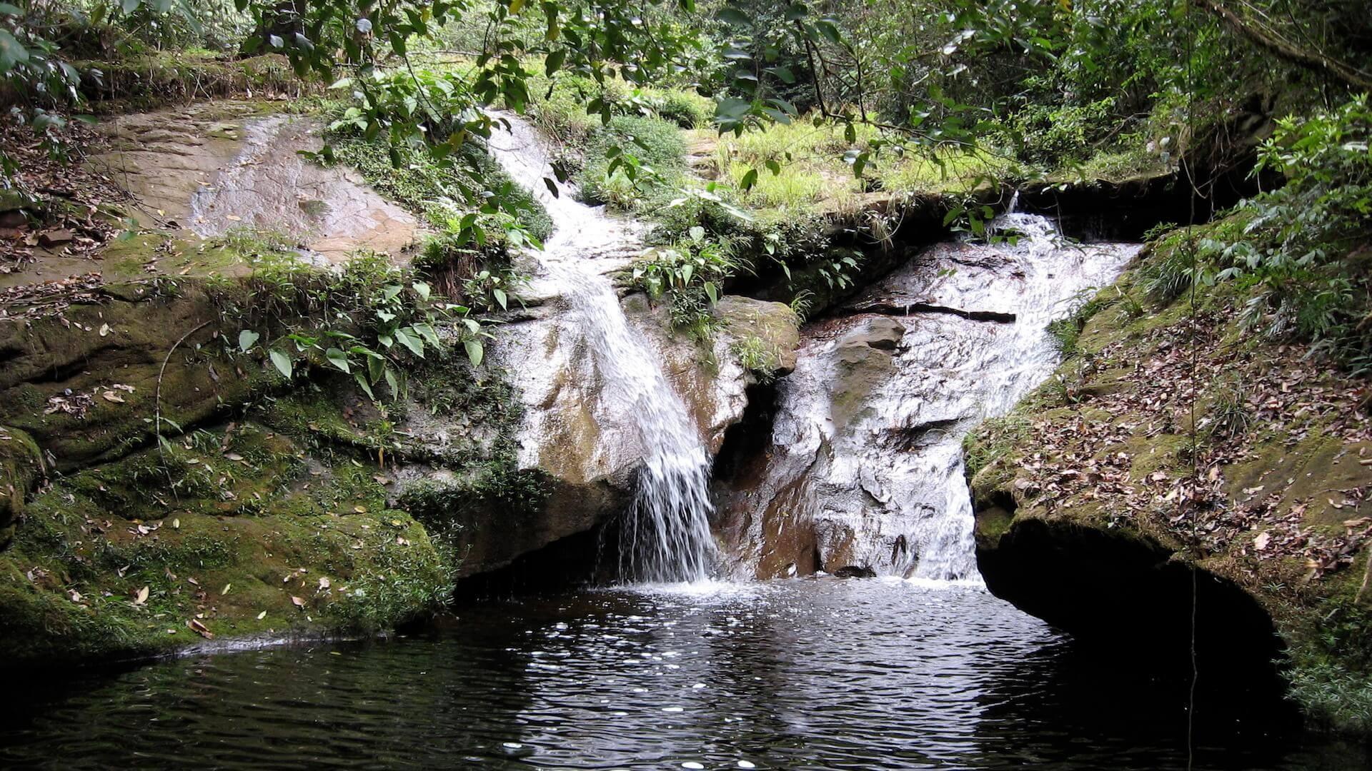 Een waterval in nationaal park Amboro