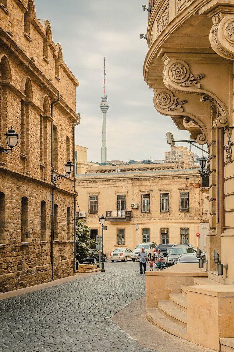Uitzicht op hoge toren in de oude stad van Bakoe in Azerbeidzjan