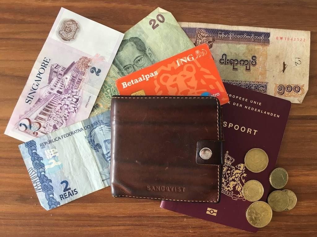 Buitenlands geld, een paspoort en een portemonnee.