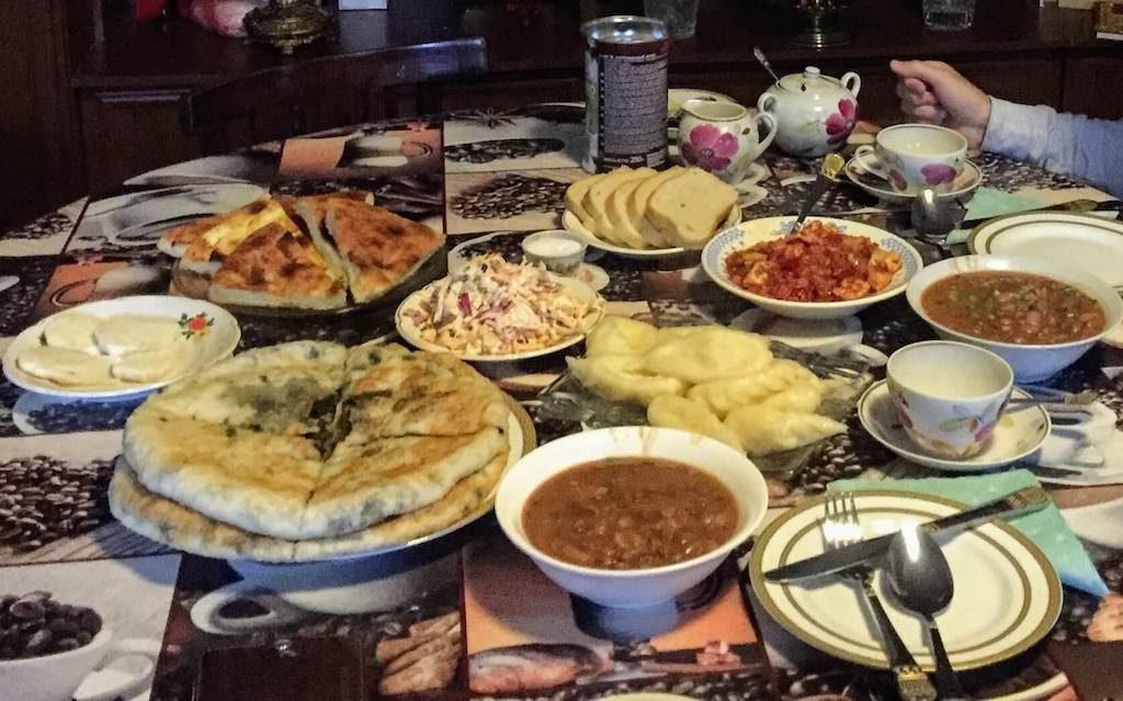 Georgisch eten in een homestay in Kazbegi in het noorden van Georgië