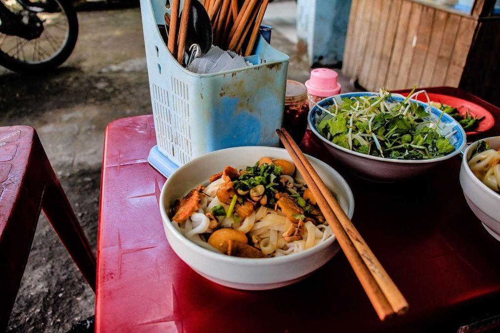 Kom met noodles bij een streetfood stall