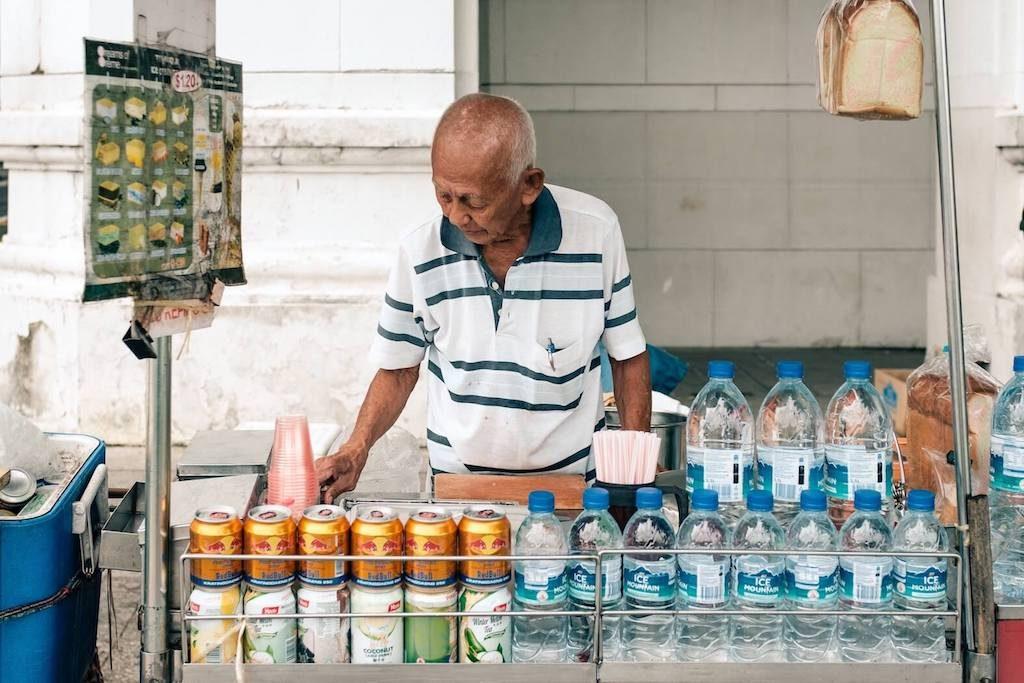 Man verkoopt water op straat in Singapore