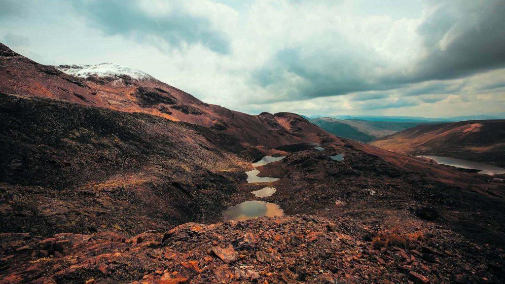 Bruin berglandschap in de Cordillera Real in Bolivia