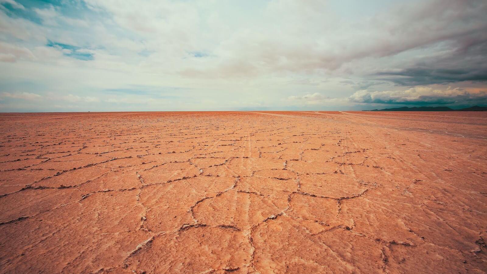 Droge woestijngrond in het zuiden van Bolivia nabij Uyuni