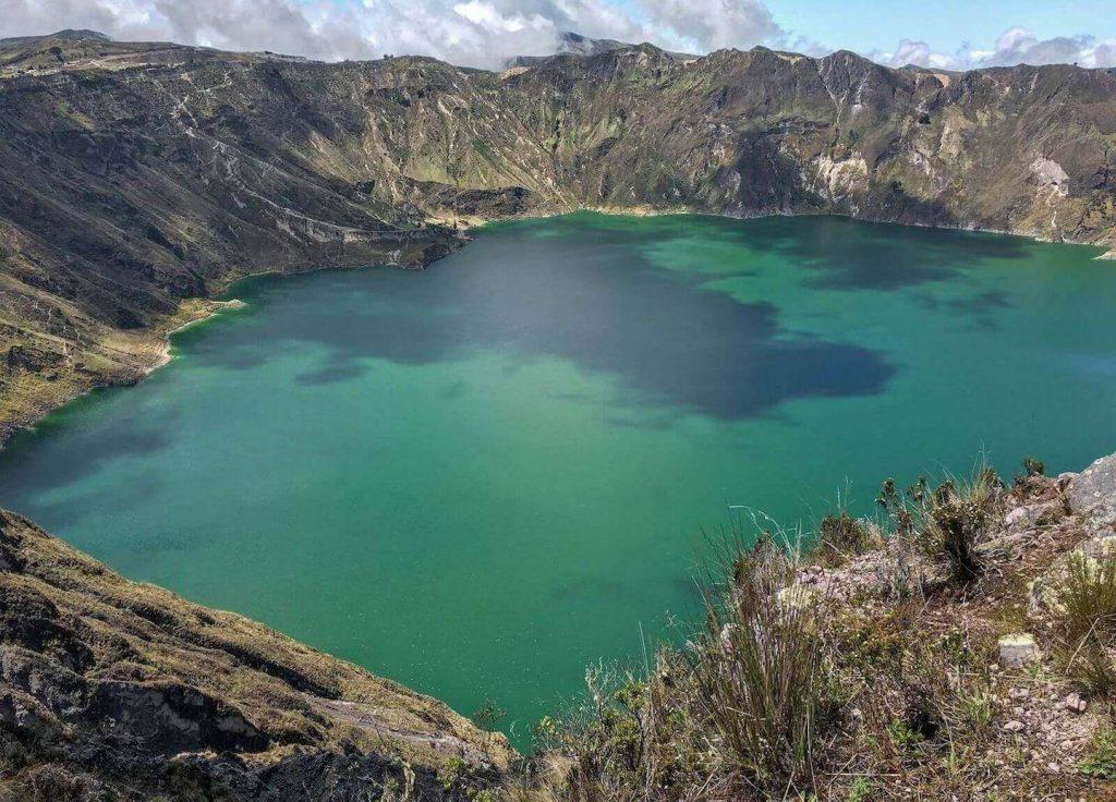 Groen meer op de Quilotoa Loop in Ecuador