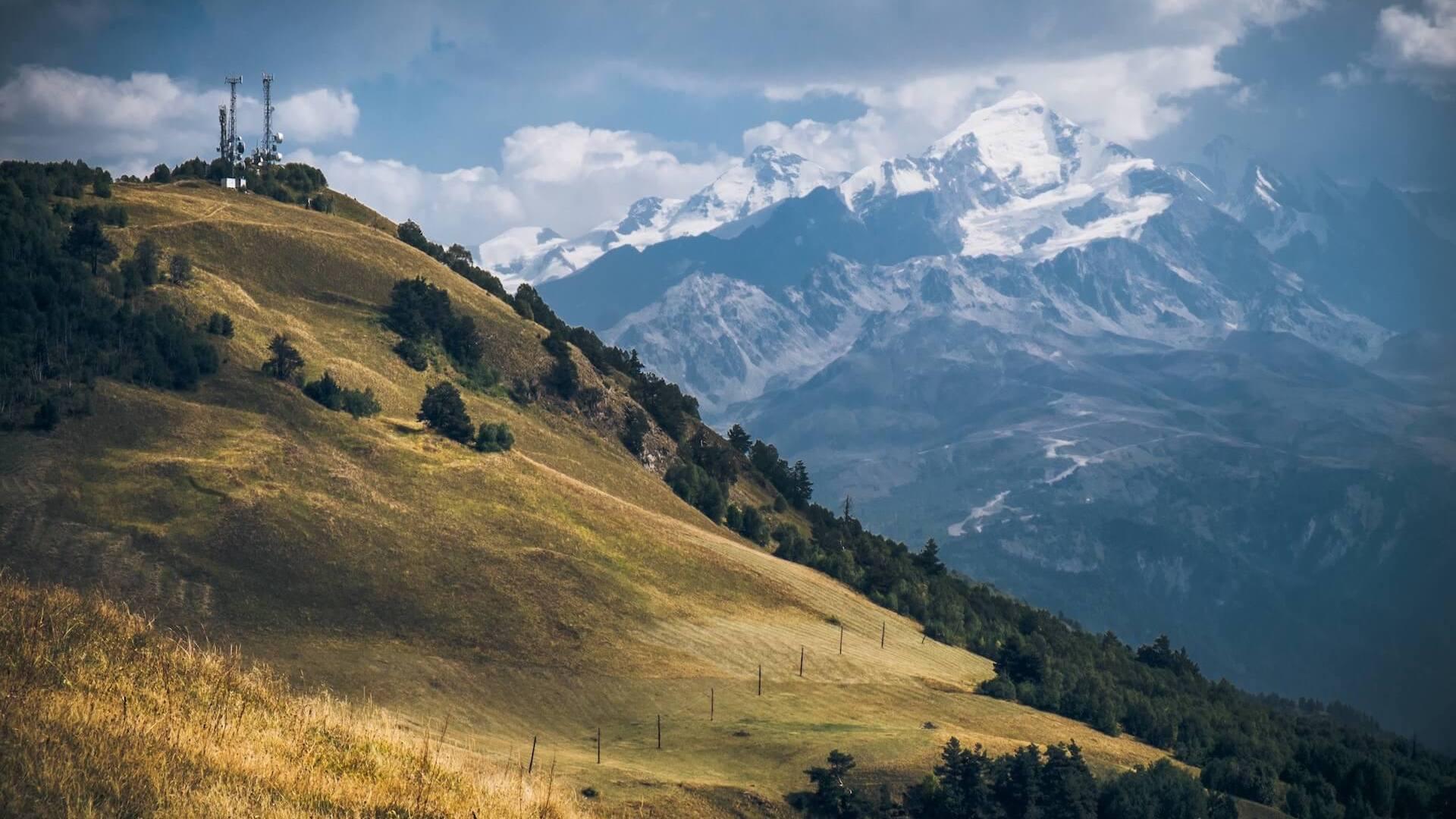 Bergen en sneeuw in Mestia in het noorden van Georgië