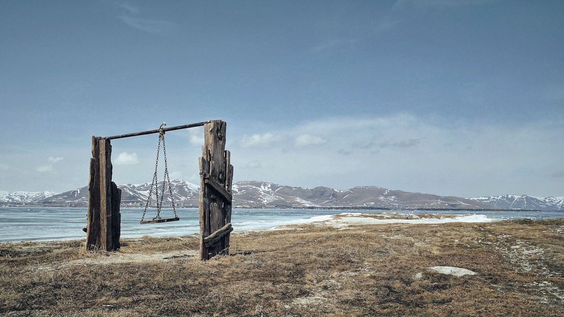 Schommel bij het Sevanmeer in Armenië