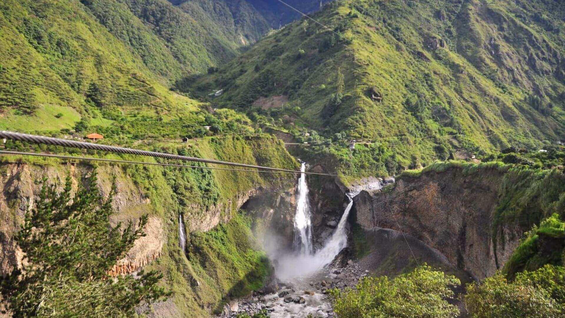 Zipline boven een waterval in Baños