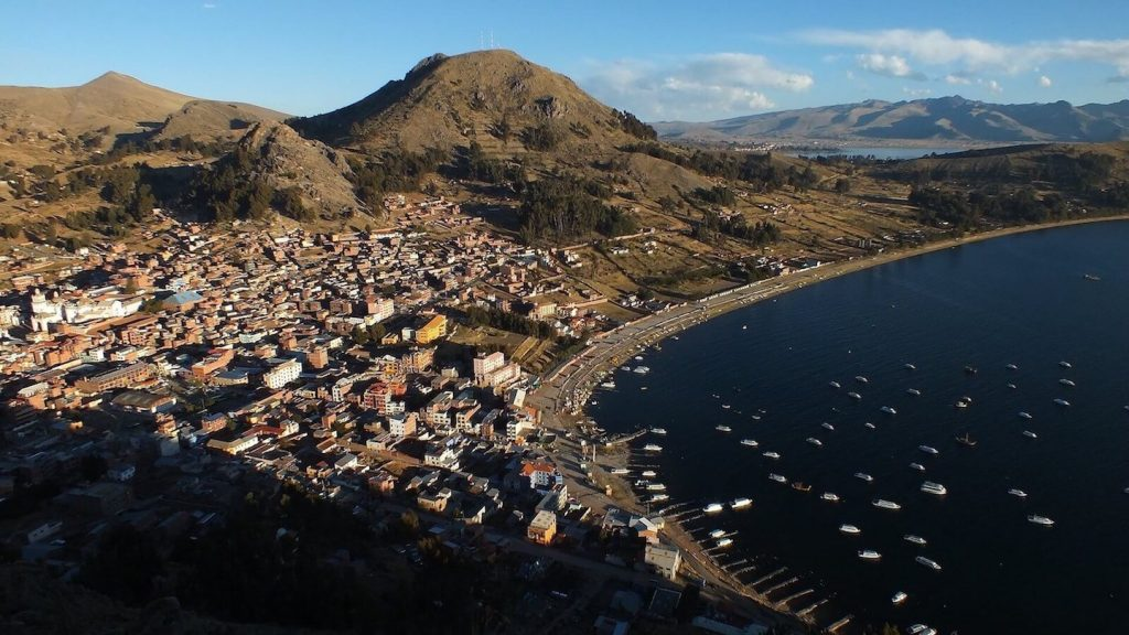 Uitzicht op de baai van Copacabana in Bolivia