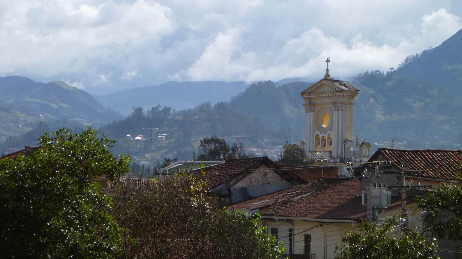 Kerk en uitzicht over de bergen in Cuenca
