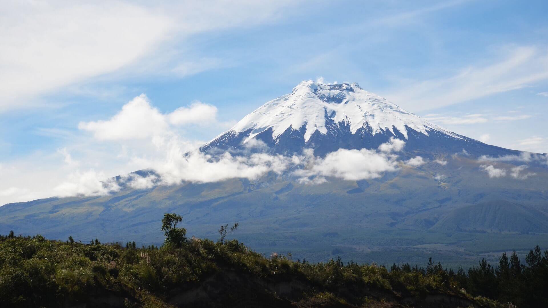 Besneeuwde bergtop van de Cotopaxi vulkaan in Ecuador