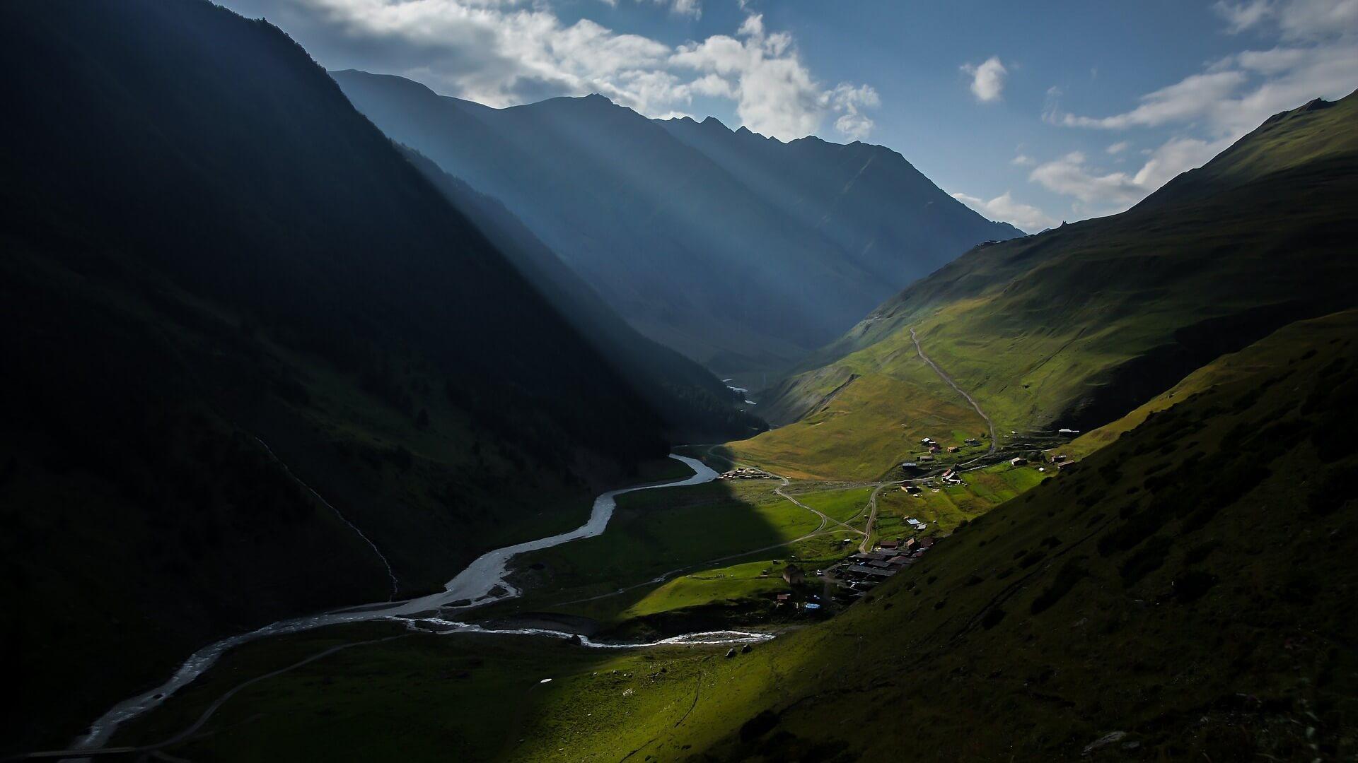 Groene heuvels en een plaatsje in Tusheti in Georgië