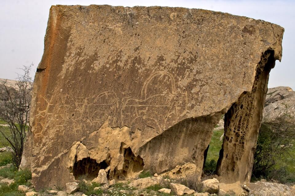 Inscriptie in de rotsen in Gobustan, Azerbeidzjan