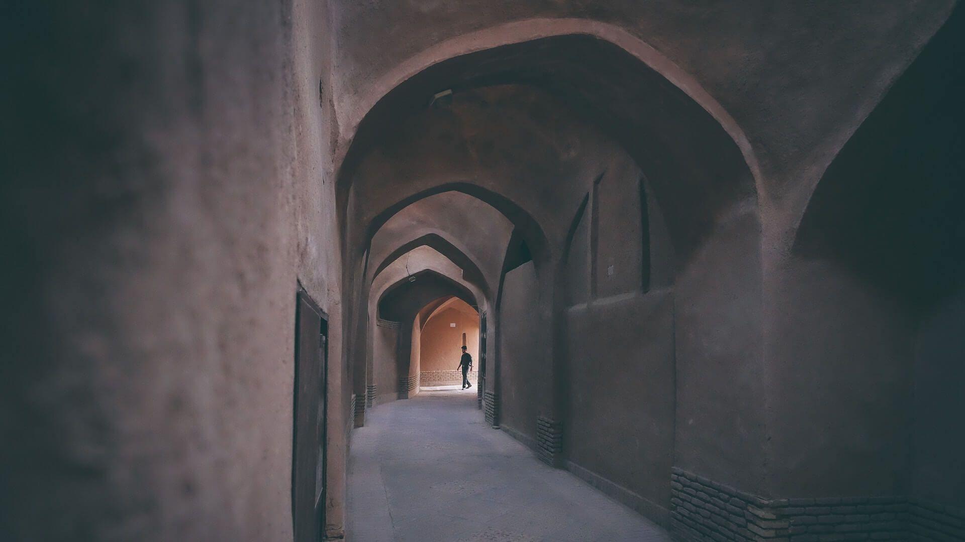 Man in een eenzame straat in Yazd