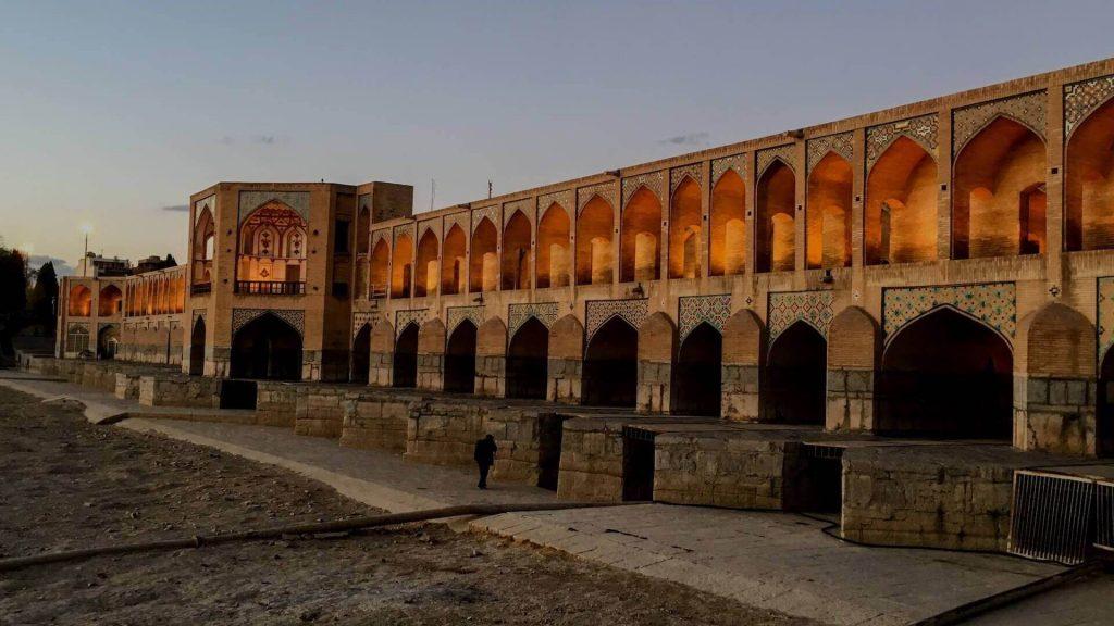 Een verlichte Khajoubrug in de avond in Isfahan