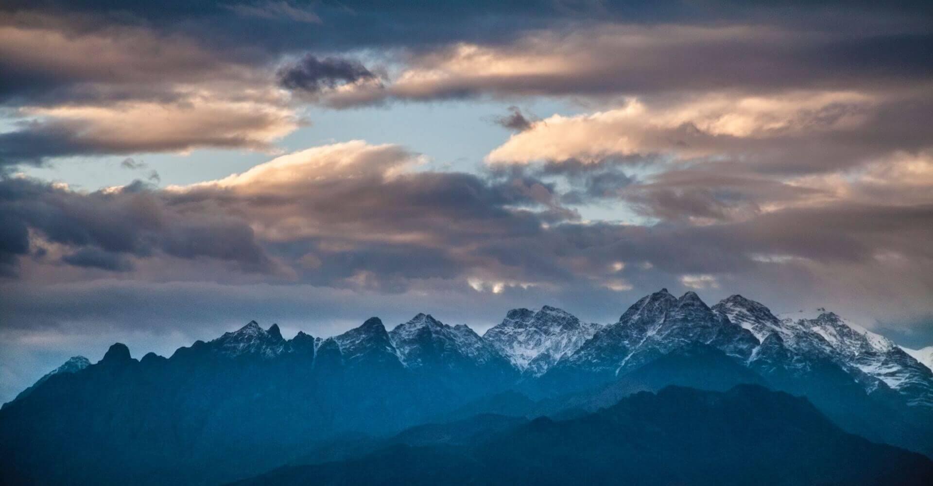 Bergen en lucht boven Kashan in Iran