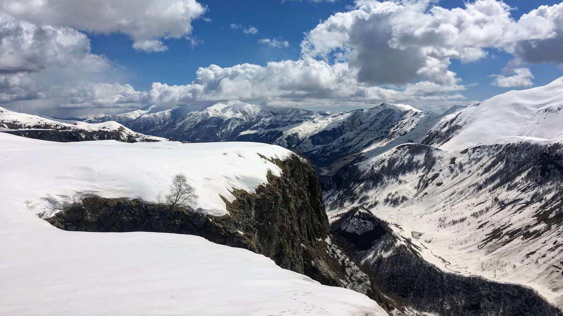 Besneeuwde bergen in Gudauri