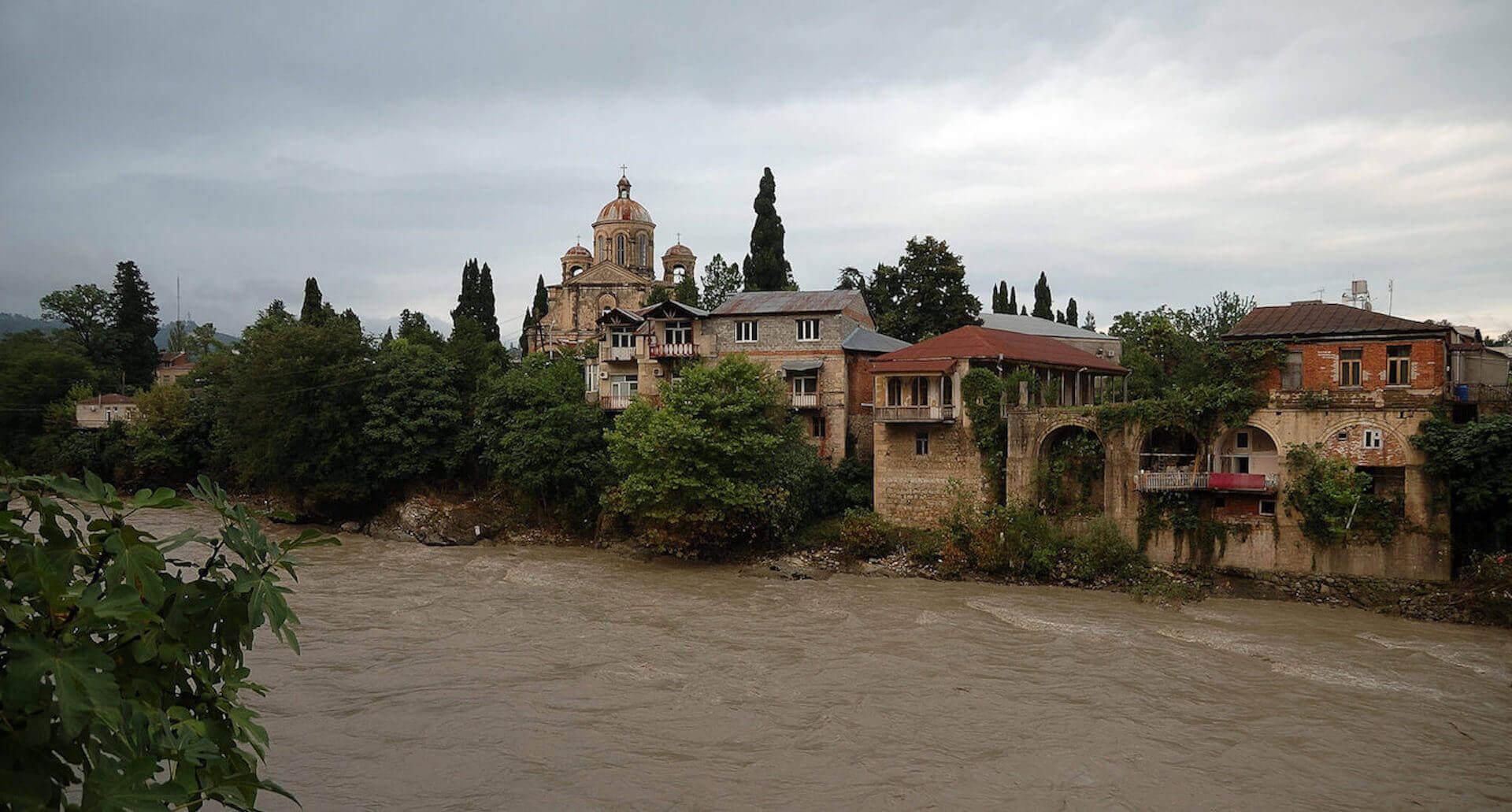 Kerk naast de Rioni rivier in het centrum van Koetaisi