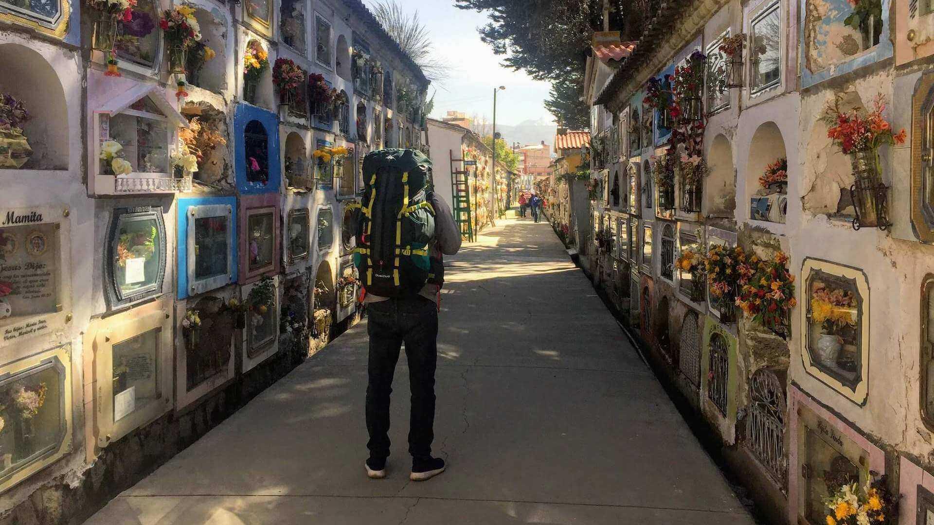Man met backpack op de centrale begraafplaats van La Paz in Bolivia