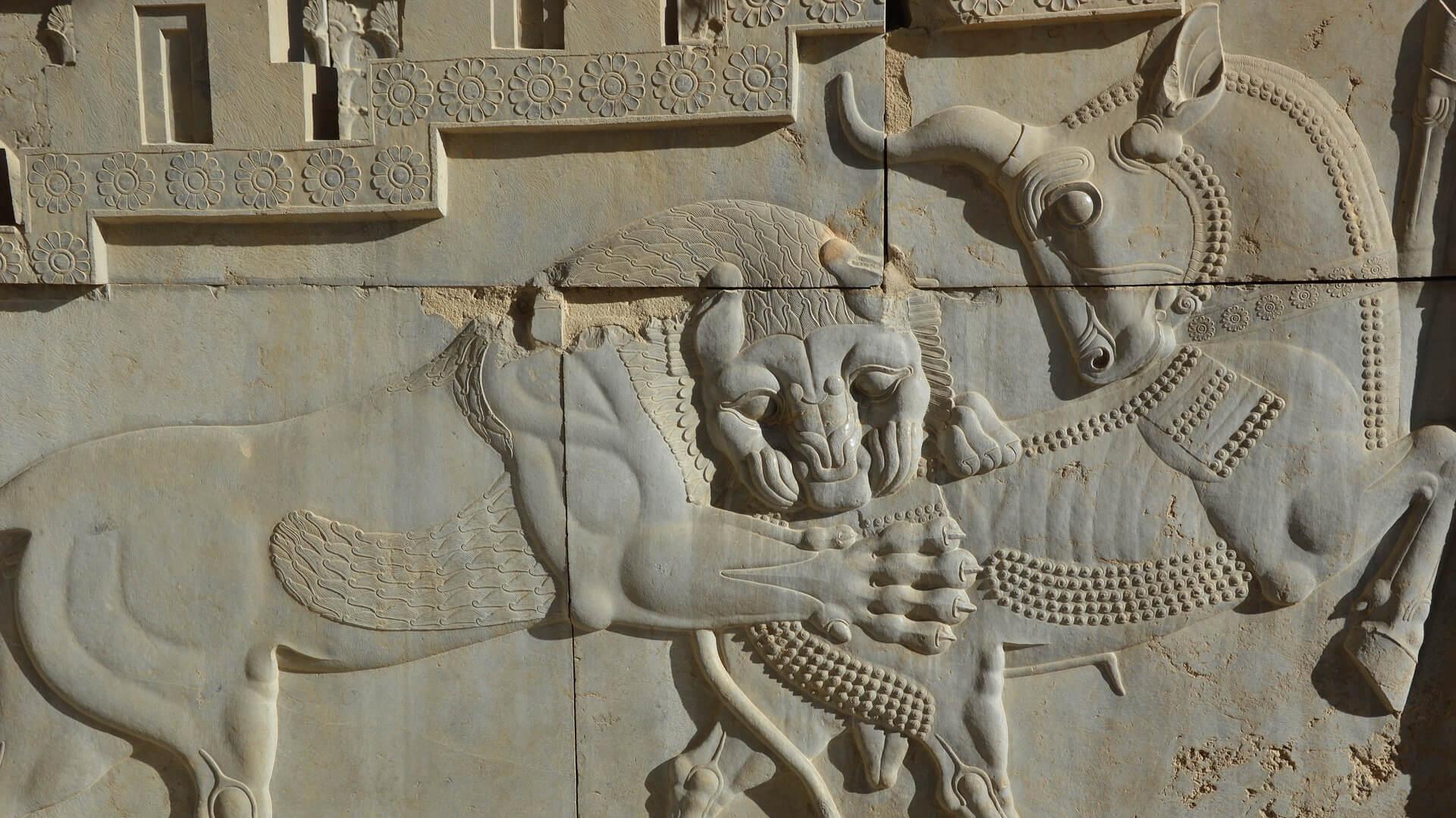 Leeuw bijt in dier op decoratie in Persepolis