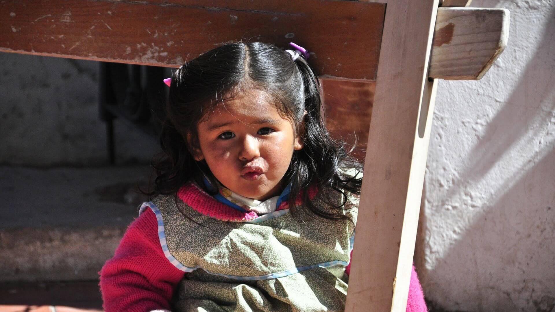 Boliviaans kind kijkt in de camera in Potosi, Bolivia