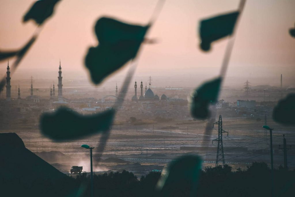 Skyline van de heilige stad Qom in Iran