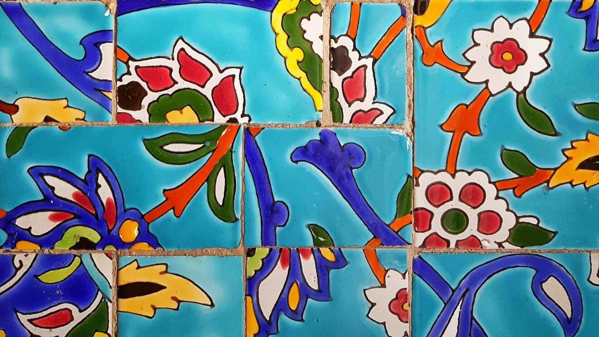 Kleurrijke tegeltjes in het Mehr-o-Mah Tourist Complex bij Qom in Iran
