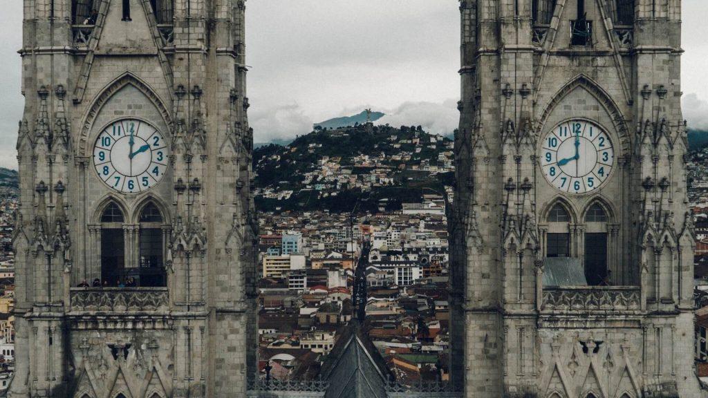 Twee kerktorens in Quito