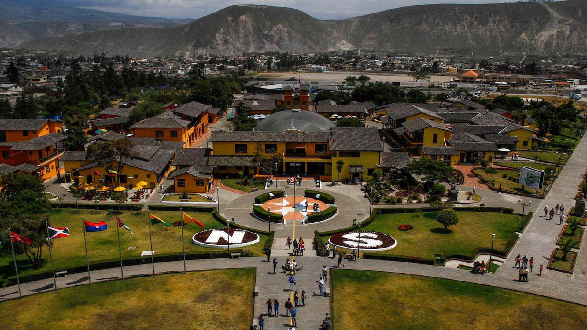 De evenaar bij Mitad del Mundo ten noorden van Quito in Ecuador