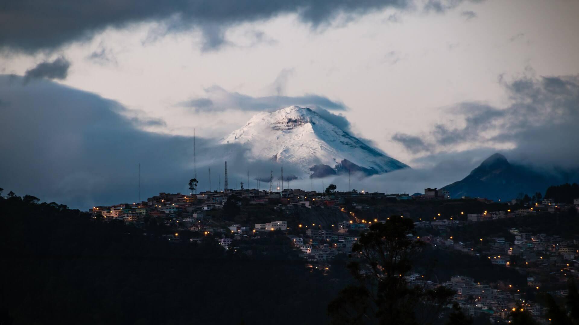 De Pichincha vulkaan ten noorden van Quito