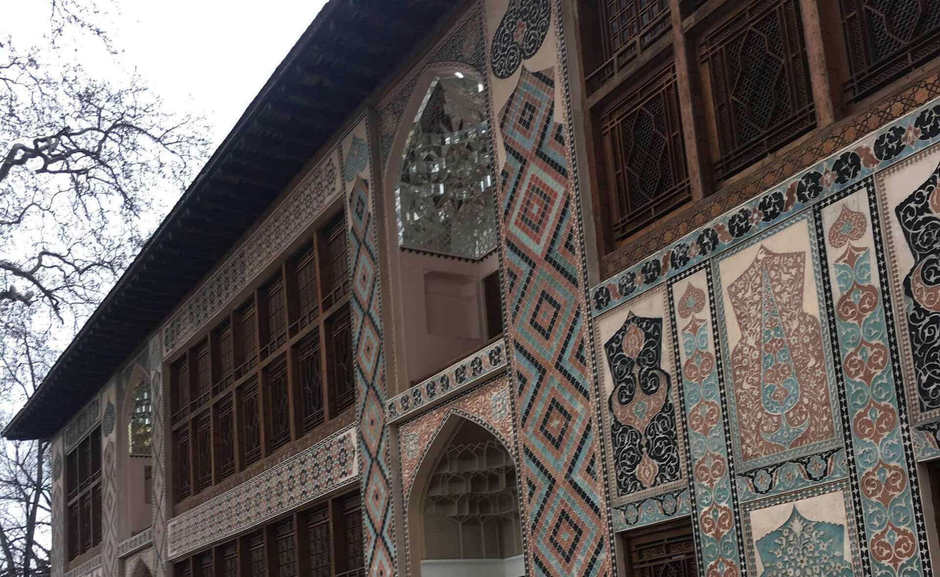 Buitenzijde van de Khanserai in Sheki, Azerbeidzjan