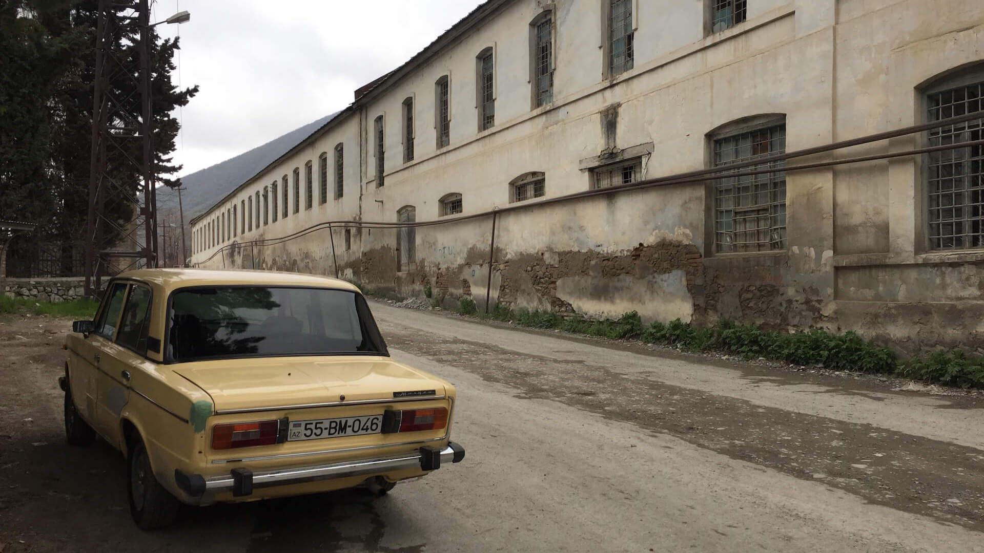 Oude auto in de straten van Sheki in Azerbeidzjan