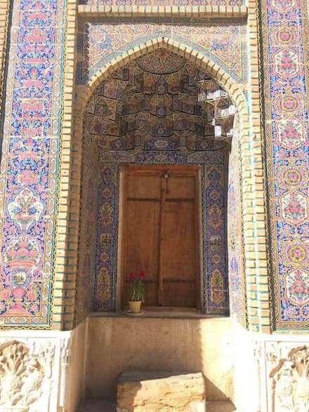 Kleurrijke tegels in de Nasir al Molkmoskee in Shiraz.