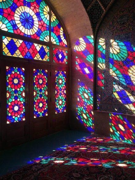 Lichtval in de Nasir al Molkmoskee in Shiraz
